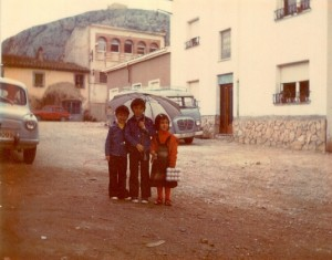 1976-03-20 Spain Bill Hayden wrote the fresh egg run -- 3 kids spain on2